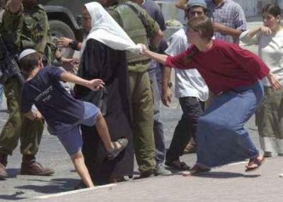 Coloni israeliani feriscono la deputata di Fatah Siham Thabet.